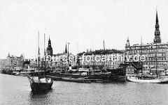 Historische Hafenszene am Ufer der Düna in Riga; Dampfer und Segelschiffe liegen am Kai - Kirchturm der Petrikirche und vom Rigaer Dom.