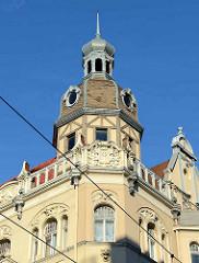 Aufwändig verziertes Wohnhaus in Riga - Türmchen mit Fachwerk und Kupferspitze.