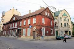 Altes Wohnhaus mit Holzfassade - Villa mit Erker und Kupferdach - Architekturbilder aus Riga.