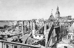 Blick auf das von den deutschen Truppen zerstörte Riga; im Hintergrund die Daugava / Düna.