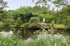 Kleingärten am Ufer des Seevekanals in der Gemeinde Seevetal.