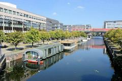 Hausboote im Mittelkanal in Hamburg Hammerbrook; im Hintergrund die Hochbahnstation über dem Kanal.