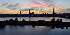 Morgendämmerung in Riga - Panoramablick über die Düna auf die Rigaer Altstadt. Die drei herausragenden Türme gehören (von rechts) zur Petrikirche, zum Dom und zur Jakobus-Kirche.