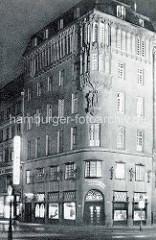 Mehrstöckiges Geschäftsgebäude mit Stuckdekor auf der Fassade - Neuer Wall, Ecke Jungfernstieg; Hamburger Neustadt.