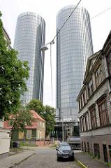 Historische Holzhäuser, Wohnhäuser in Riga; Kopfsteinpflaster - Z-Towers; moderne Hochhäuser / Wohnhäuser; Architekten neben NRJA Tadao & Lukševics sowie Helmut Jahn.