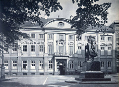 Stadthaus / Görtz Palais am Neuenwall in der Hamburger Neustadt. Das Gebäude wurde 1710 vom Architekten Johannes Nicolaus Kuhn für den Gesandten von Schleswig-Holstein-Gottorf und Minister Georg Heinrich von Görtz entworfen. Im Vordergrund das Denk