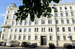 Mehrstöckiges Wohnhaus / Verwaltungsgebäude in Riga - Baustil Gründerzeit mit Erkerturm.