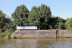 Kaimauer / Eisentreppe und altes blaues Hafenschild mit Namen des Hafenbeckens Moldauhafen im Hamburger Hafen