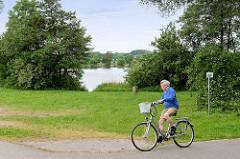 Pulvermühlenteich bei Seevetal an der Fahrradroute entlang des Seevekanals; Badesee.