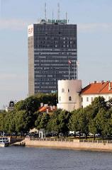 Blick über die Düna zum Rigaer Schloss; Baubeginn  als Festung für den livländischen Orden 1330; dahinter ein Hochhaus / Bürohaus einer Bank.