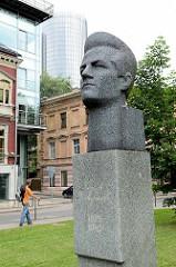 Denkmal / Büste vom Komponisten Emīls Dārziņš,  lettischer Dirigent, Musikkritiker, Pädagoge und Komponist der Romantik - Skulptur vor der Rigaer Emīla-Dārziņa-Musikschule.