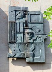 Metallrelief - Arbeiterkunst an einer Hauswand in Riga.