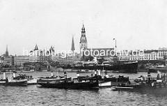 Historische Aufnahme vom Hafen in Riga - Schiffe auf der Düna und am Hafenkai - in der Bildmitte der Turm vom Dom.