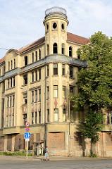 Leerstehendes Jugendstil-Gebäude / Wohnhaus mit Eckturm in Riga; mit Holzplatten vernagelte Fenster - Fassadendekoration Art Nouveau.