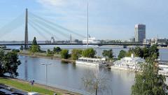 Blick über ein altes Hafenbecken an der Düna in Riga zur Seilbrücke / Vanšu-Brücke; ehem. Gorki Brücke, erbaut 1981.