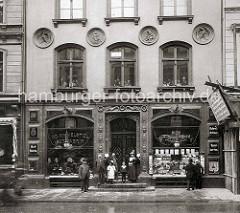 Altes Bild aus dem Neuen Wall in der Hamburger Neustadt / Innenstadt; Hutfabrik und Schreibartikel, Spielkarten am Neuen Wall 39.