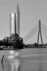 Modernes Bürohochhaus - Zentrale der Swedbank in Riga, erbaut 2004 - Architekt Saules Akmens. Daneben ein Pylon der Vanšu-Brücke über die Daugava / Düna.