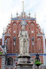 Rolandskulptur auf dem Rathausmarkt von Riga; 1894 angefertigt   Bildhauer August Voltz - Kopie einer Holzfigur aus dem 15. Jh. Im Hintergrund die Fassade vom Schwarzhäupterhaus.