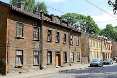 Steinhäuser mit Holzfassade - Wohngebäude, Architektur in Riga.
