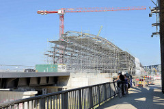 Blick von der Freihafen Elbbrücke zur Baustelle der neuen Haltestelle Hamburg Elbbrücken.