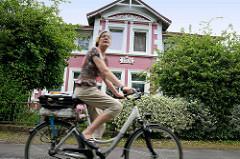 Wohnhaus - Fahrradroute entlang des Seevekanals im Hamburger Stadtteil Rönneburg.