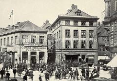 Blick von der Straße Graskeller zum Neuen Wall in der Hamburger Neustadt - Geschäfte + Cigarren Fabrik / Schirm Fabrik - Juwelier und Handschuh-Lager, ca. 1887.