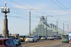 Autobrücke über die Daugava / Düna bei Riga - Blick zur modernen Architektur der lettischen Nationalbibliothek, fertiggestellt 2014  -  Architekt Gunnar Birkerts.