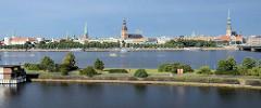 Panorama von Riga - Blick über die Düna auf die Rigaer Altstadt. Die drei herausragenden Türme gehören (von rechts) zur Petrikirche, zum Dom und zur Jakobus-Kirche.