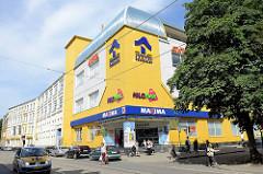 Modernes Geschäftsgebäude, Kaufhaus mit bunter Fassade - Nachbildung einer Holzfassade.