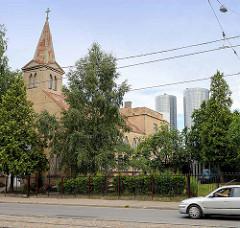 Lettische Methodistenkirche in Riga - Latvijas Apvienota metodistu; im Hintergrund die modernen Wohnhäuser - Z-Towers.