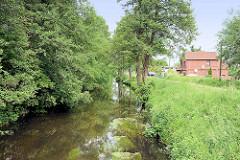 Lauf der historischen Wasserstrasse Seevekanal in Meckelfeld / Gemeinde Seevetal.