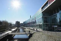 Lauf des historischen Seevekanals entlang des Einkaufscentrum Phoenixcenter in Hamburg Harburg.