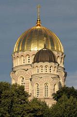 Goldene Kuppeln der Geburtskathedrale in der lettischen Hauptstadt Riga (Rīgas Kristus Piedzimšanas pareizticīgo katedrāle) der Russisch-Orthodoxen Kirche; erbaut 1883 im neobyzantinischen Stil- Architekt Robert Pflug.