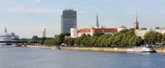 Blick über die Düna zum Rigaer Schloss; Baubeginn  als Festung für den livländischen Orden 1330; Umbau zum Sitz der Provinzregierung im 19. Jahrhundert - heute Sitz der lettischen Präsidenten.