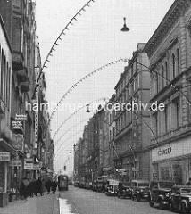 Weihnachtsbeleuchtung im Neuen Wall - Geschäftsstrasse in der Hamburger Neustadt; parkende Autos - ca. 1938.