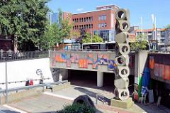Fussgängerunterführung unter der Haupstrasse Harburger Ring; Beton-Kunst / Stele - im Hintergrund das leerstehende Gebäude vom sogen. Harburg Center.