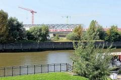 Blick über den Oberhafenkanal beim Billhafen zur Baustelle der Haltestelle Hamburg Elbbrücken.
