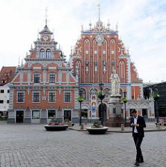 Schwabenhaus und Schwarzhäupterhaus (lettisch: Melngalvju nams) auf dem Rathausplatz der lettischen Hauptstadt Riga; es wurde  1334 erstmals urkundlich erwähnt.