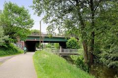 Bahnbrücke und Fussgängerbrücke über den Seevekanal in Seevetal - Fahrradweg.