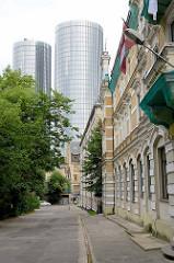 Gründerzeitarchitektur - historisches Verwaltungsgebäude und moderne Wohntürm / Z-Towers in Riga.