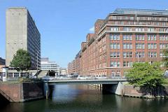 Blick über den Mittelkanal zur Mündung des Sonninkanals in Hamburg Hammerbrook; Bürogebäude, Kontorhäuser.