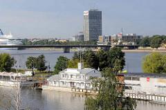Hausboote, schwimmende Gastronomie / Restaurant im alten Hafenbecken von Riga an der Daugava / Düna; Kreuzfahrtschiff am Terminal - moderne Architektur am Flussufer.