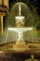 Sievers Brunnen am Kaiser Wilhelm Platz in Hamburg Bergedorf bei Nacht. der Springbrunnen wurde 1888 von Carl Sievers gestiftet. Sievers war der Besitzer der Bergedorfer Wasserwerke, die sich bis 1899 in privatem Eigentum befanden.