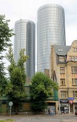 Altes Wohnhäuser mit Jugendstilfassade - moderne Wohntürme in Riga, Hauptstadt Lettlands.