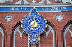 Astronomische Uhr am Schwarzhäupterhaus  auf dem Rathausplatz der lettischen Hauptstadt Riga; das Gebäude wurde  1334 erstmals urkundlich erwähnt. Es diente sowohl den Kaufleuten als auch der vorwiegend deutschen Bürgerschaft Rigas für Zusammenkün