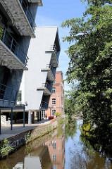 Moderne und historische Architektur am Kaufmannskanal in Hamburg Harburg.