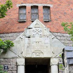 Alter Wasserturm in Riga, erbaut 1912 - Architekt Wilhelm Boksklafa; Wappen über dem Eingang.