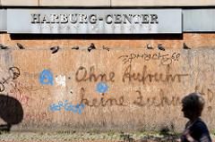 Schild Harburg-Center, mit Holzplatten vernagelter Eingang - Graffiti Ohne Aufruhr keine Zukunft.