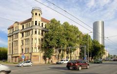 Leerstehendes Jugendstil-Gebäude / Wohnhaus mit Eckturm - daneben einer der Z-Towers von Riga.