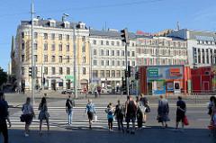 Mehrstöckige Wohnhäuser - Geschäftshäuser; Gründerzeitarchitektur - Jugenstilfassade; Strassenbebauung in Riga.